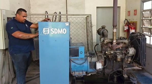 Técnico de manutenção da Hercules Geradores Assistência Técnica realizando troca de óleo e filtros de gerador SDMO.