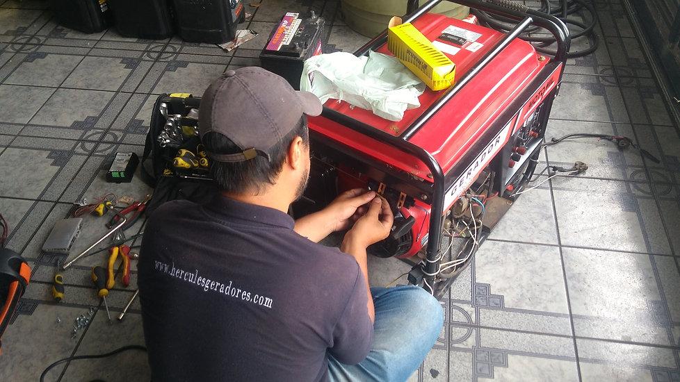 Engenheiro eletricista da Hercules Geradores Assistência Técnica consertando um gerador de energia da Motomil.