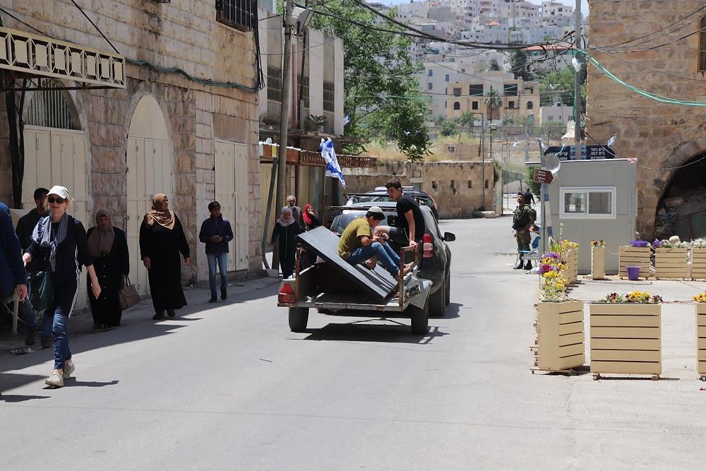 Palästina: Hebron, Gebiet B, einer der wenigen Orte, an denen Israelis und Palästinenser sich begegnen (Die Gebiete werden später im Artikel genauer erklärt).  Foto von Cagla Bulut.