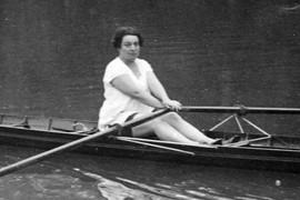 Alice Milliat pratiquant l'aviron (DR)