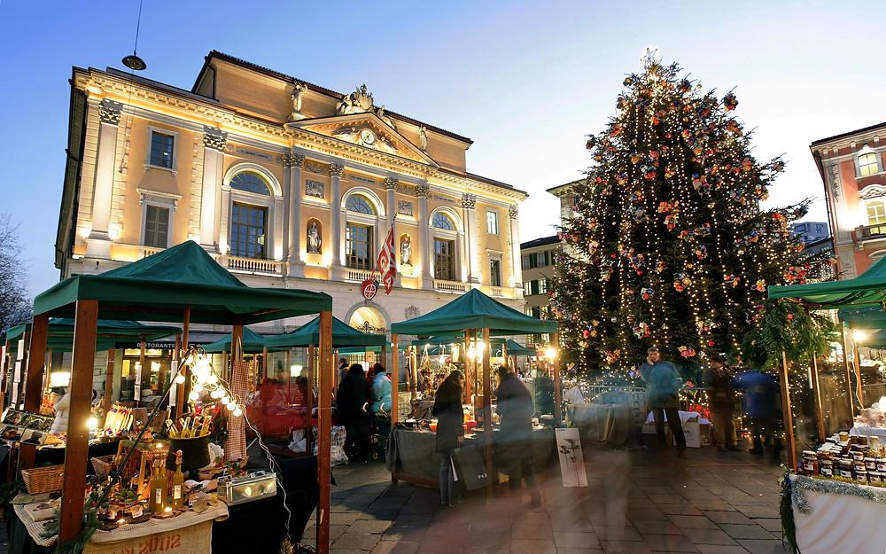 Quelle: Weihnachtsmarkt (Mercatino Natalizio) auf der Piazza Riforma vor dem Rathaus (Municipio) in der Altstadt von Lugano. Copyright by Ticino Turismo Byline: swiss-image.ch/Remy Steinegger