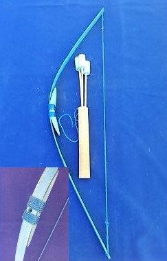 Petit arc bleu clair avec son carquois et 3 flèches