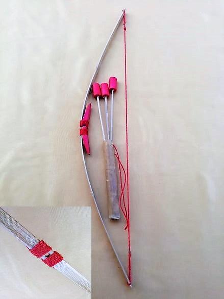 Petit arc naturel ficelle rouge avec son carquois et 3 flèches