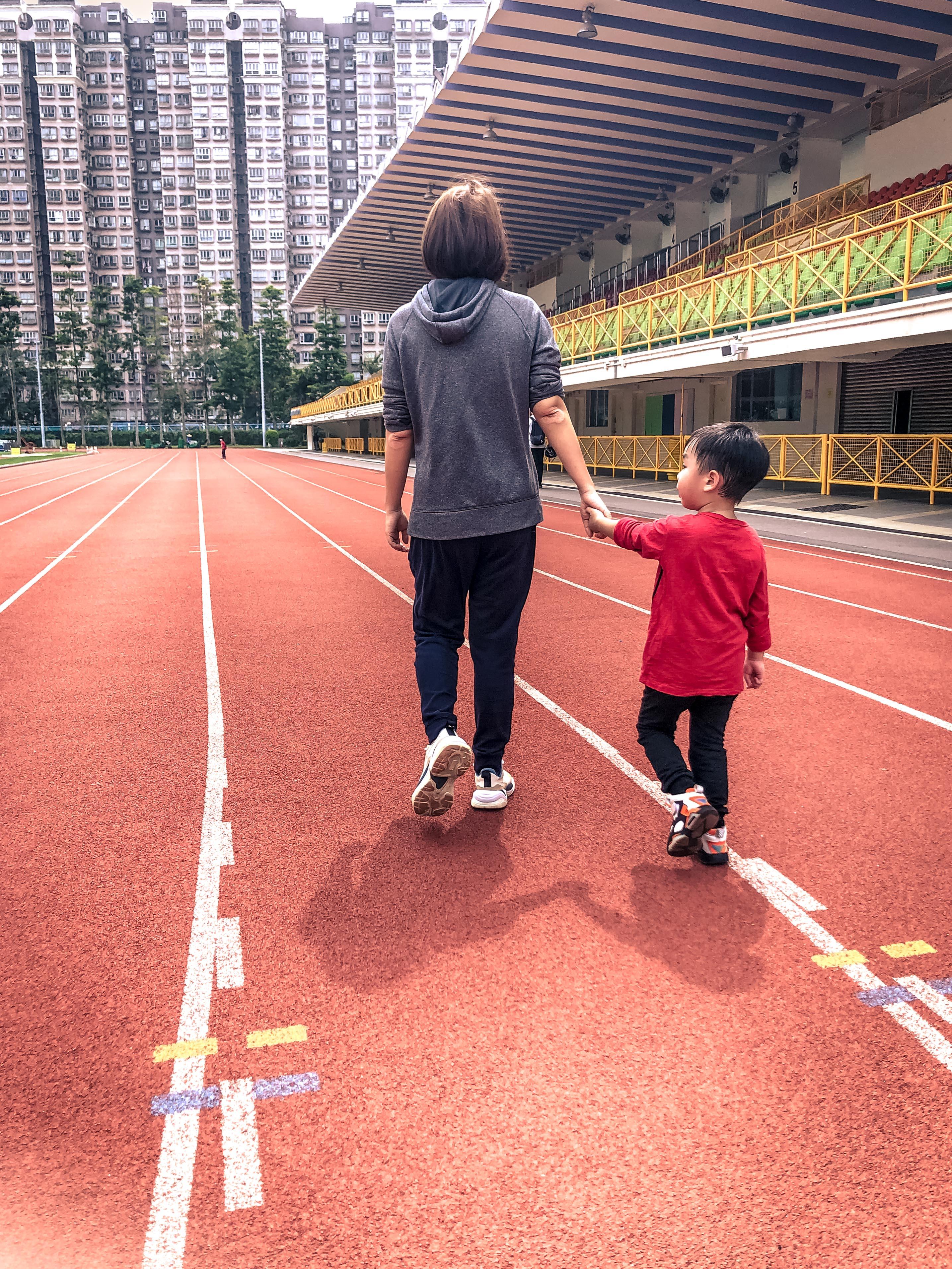 吳綽瑤_疫情期間大埔運動場重開了,媽媽帶著我和弟弟到運動場跑步後回家時拍的照片