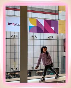 鄭楚婷-橱窗裡的小女孩