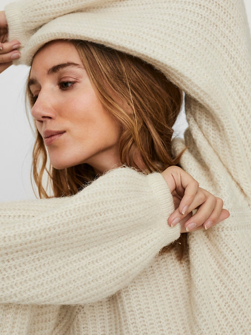 Chunky knitted pullover with voluminous sleeves.