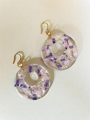 Orecchini con statice viola e petali rosa tenue