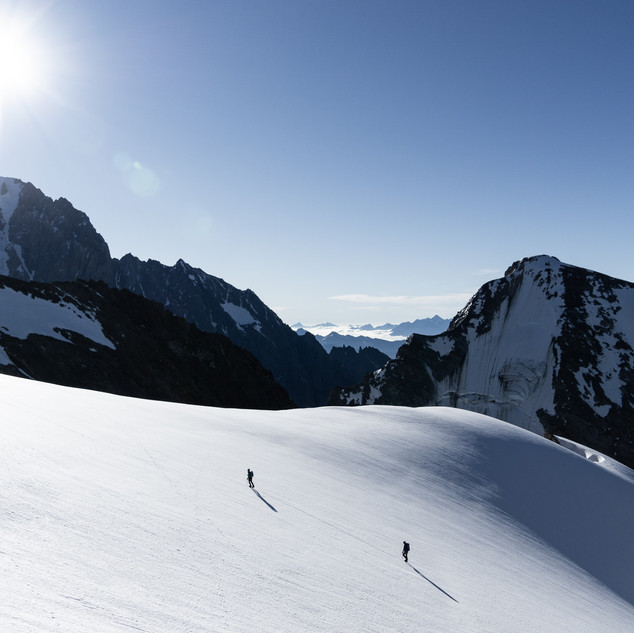 Alpinists at the begining of the Dômes de Miage traverse