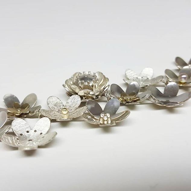 Detailfoto van de zilveren armband die i