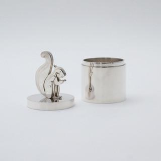 Zilveren doosje met eekhoorn