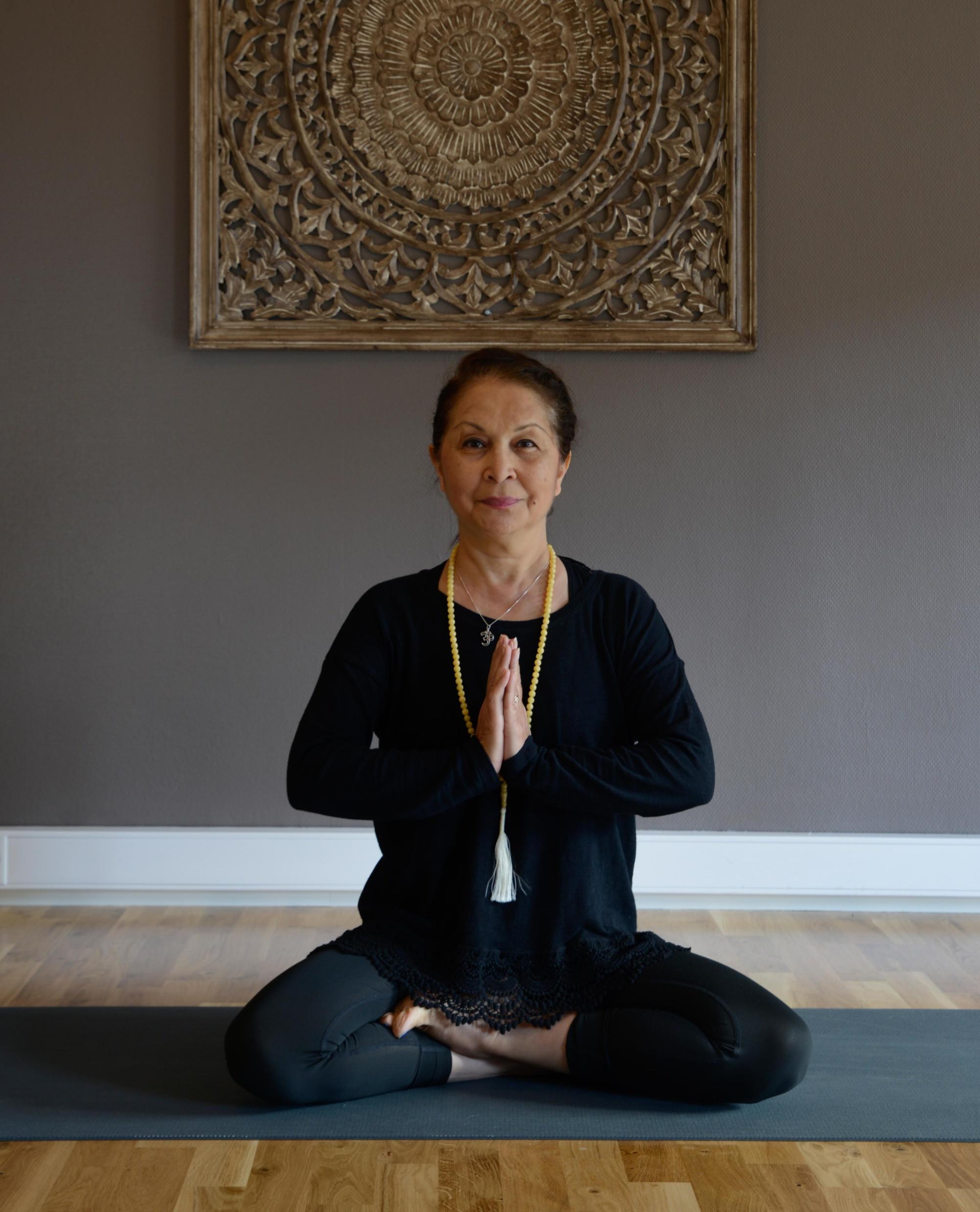 Senior Yoga 16 uker. Farzaneh
