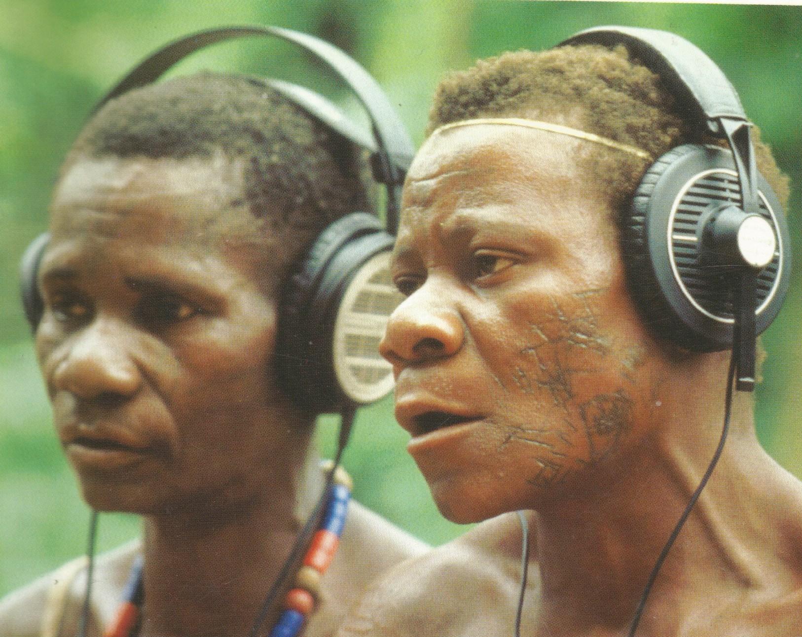 Photo_Afrique_pygmées_avec_écouteurs_