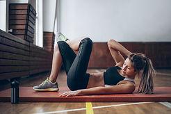 Jonge vrouw in de gymnastiek