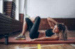 Mujer joven en la gimnasia