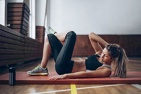 Giovane donna in ginnastica