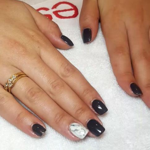 Gel sur ongles naturels couleur gris et