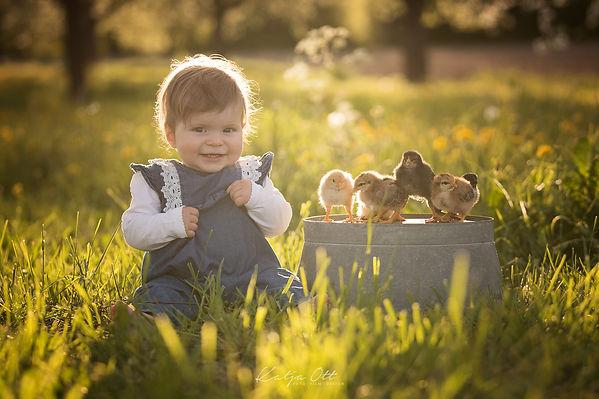Kind mit Küken.jpg