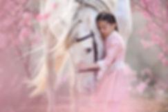 Kind mit Pferd in Blüten.jpg