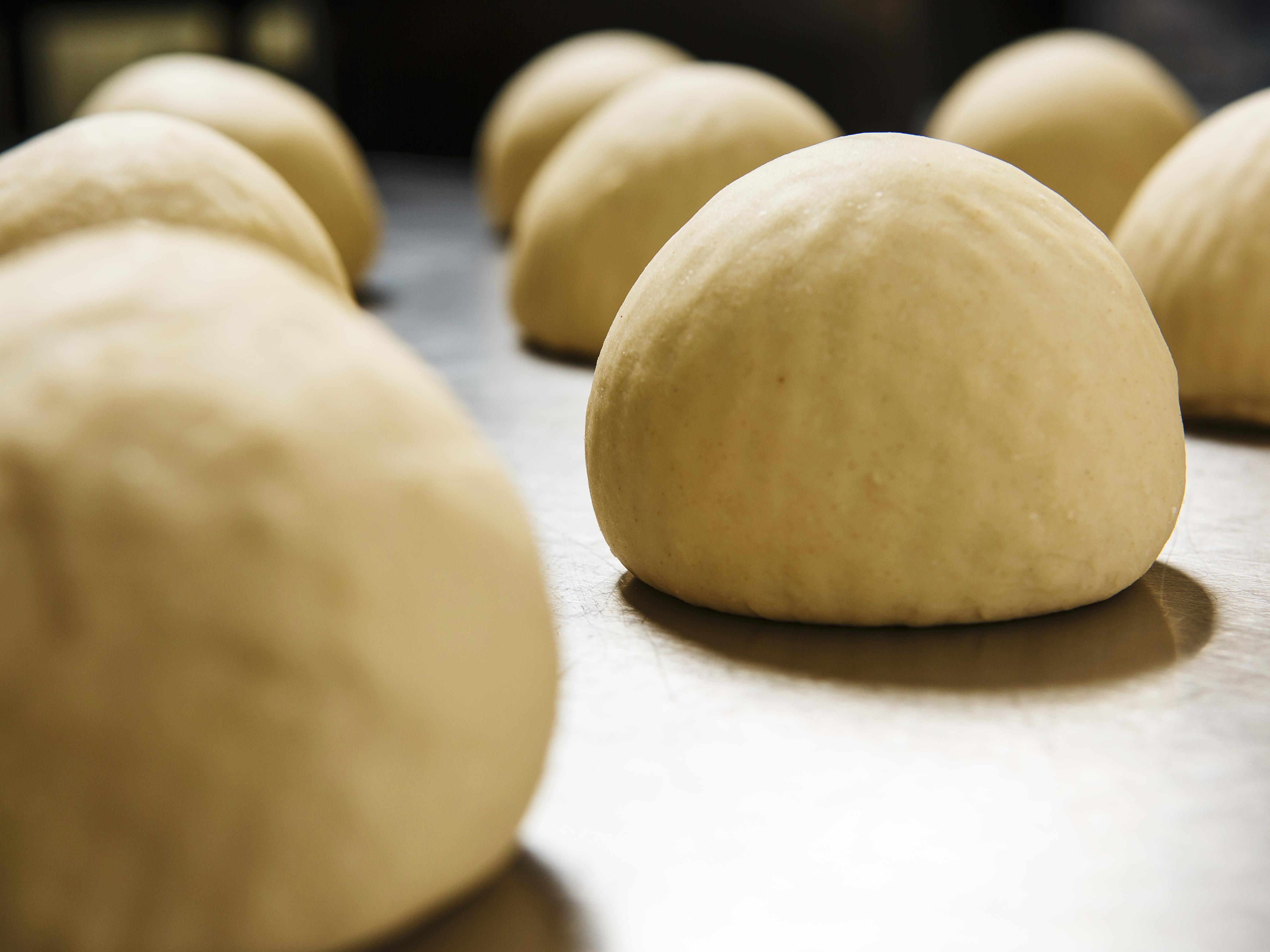 pâtons_à_fermentation_lente_qui_pousseront_4_jours_en_chambre_froide_pour_apporter_croustillant_et_l
