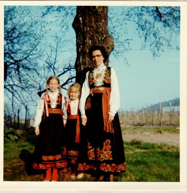 Mona Øvragård (i midten) med sin søster og mor i Aust-Telemarksbunader.