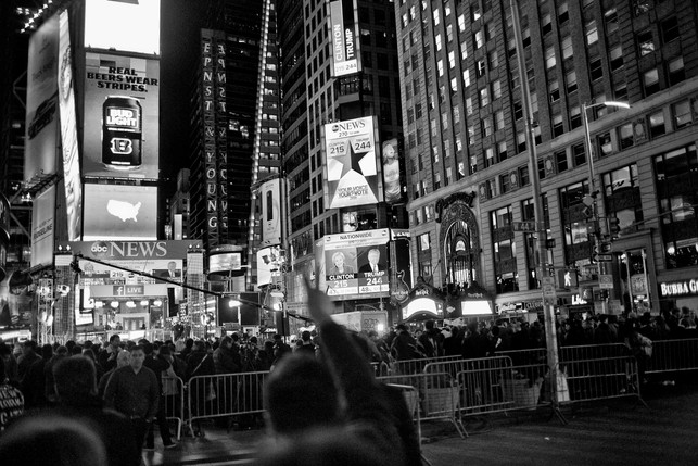 At an election night party in Times Square in New York, it's after midnight. It is becoming increasingly clear that Donald Trump will become America's next president. A man dares to make the V-sign to the people gathered.