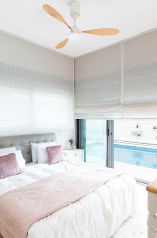 נוף הבריכה נשקף מחדר השינה, אפשרות ליציאה לבריכה ישירות מחדר השינה.