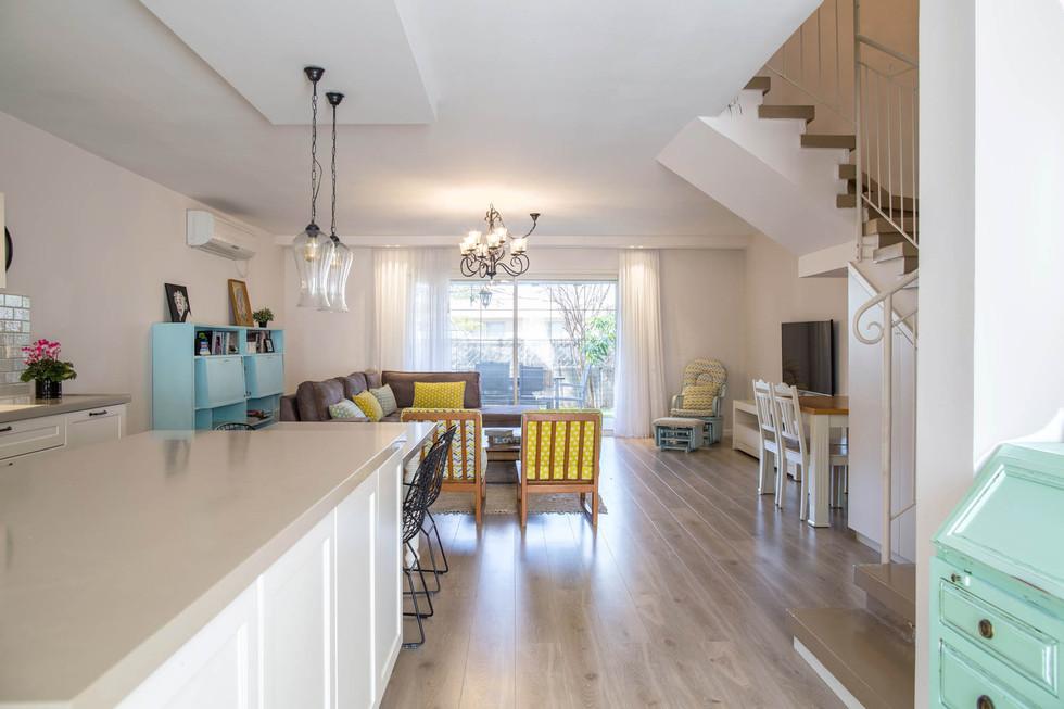 מבט מן הכניסה אל הסלון והמטבח