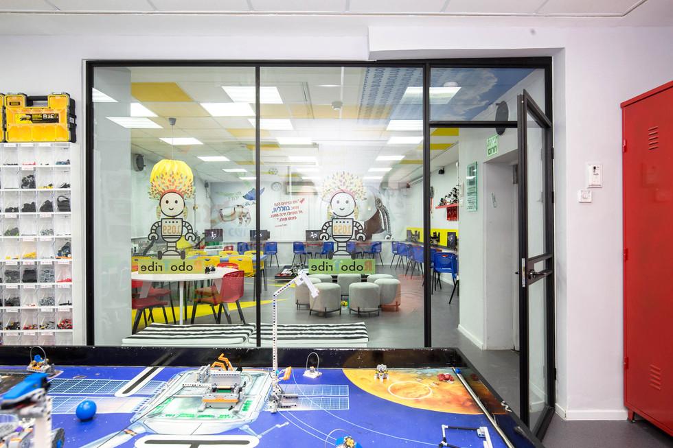 מבט מתוך חדר הנבחרת לעבר חלל הכללי. הזכוכית משולבת מדבקות למניעת התקלות בזכוכית