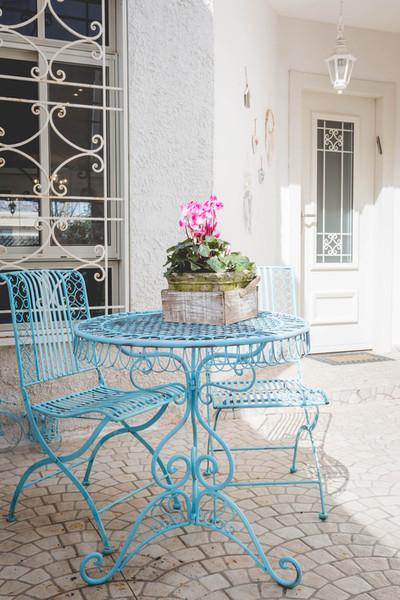 חצר הכניסה לבית, הצבעוניות מלווה את הבאים מהחוץ אל הפנים