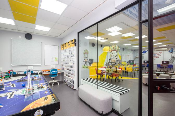 שולחן הרצת רובוטים מוגבה, מעליו נצבעו אריחי תקרה בצהוב על מנת לתת הדגשה