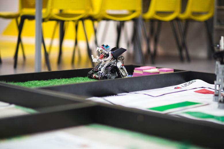 משטח להרצת רובוטים אשר תוכנן במיוחדת לצרכי המשתמש