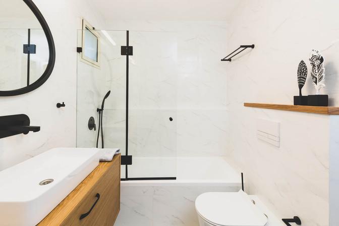 חדר הרחצה הראשי, אביזרים בצבע שחור עם ארון אמבטיה מפורניר אלון.