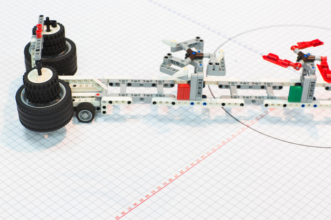משטח עליון של שולחן מחופה בטפט ייעודי, המאפשר לתלמידים למדוד את תנועת הרובוטים