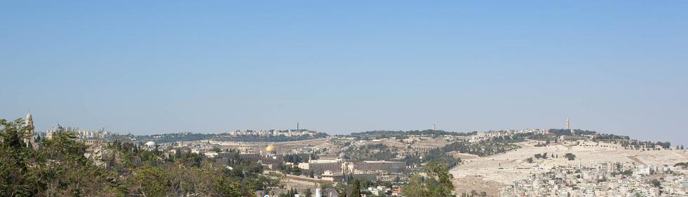 נוף פנורמי הנשקף מן הדירה אל הר הזיתים וכיפת הזהב