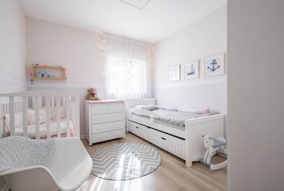 חדר ילדים רגוע ובהיר לבן ולבת