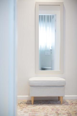 הדום המשמש לחליצת נעליים במבואת חדר השינה