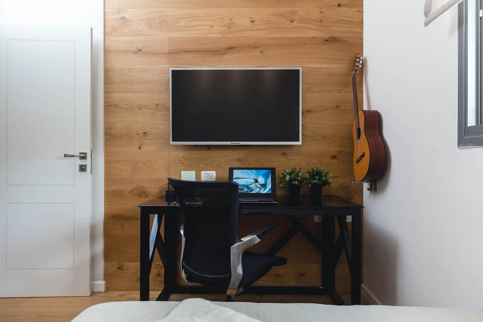 קיר הטלוויזיה חופה פרקט אלון, על מנת ליצור דרמטיות