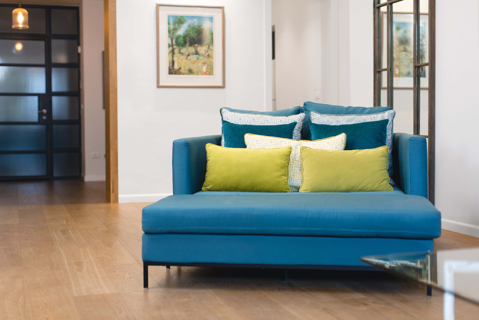 """כורסא זוגית, המכונה """"לאב סיט"""", מאפשרת לאורחים ולנכדים לשכב, להשתולל בכיף ולהרגיש לגמריי בבית"""