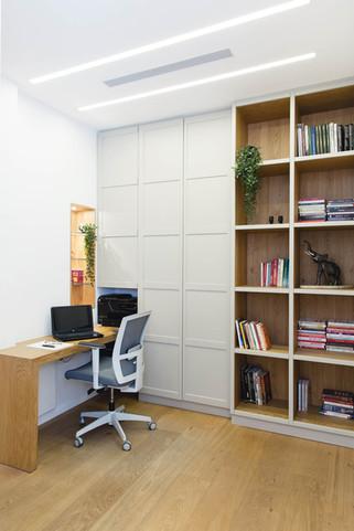 הספרייה משלבת בין פתוח לסגור, כאשר כל הארונות הסגורים מכילים את המשרד הביתי של בעל הבית