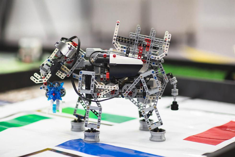 רובוט לגו על משטח ההרצה