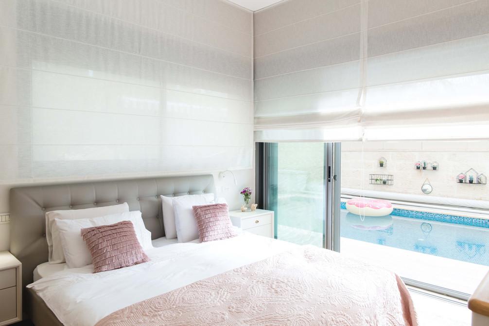 מבט אל חדר השינה והבריכה