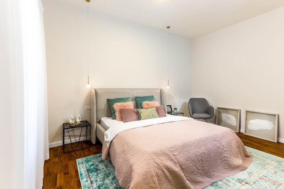 שטיח מתחת למיטה מוסיף נוכחות ואווירה לחדר השינה