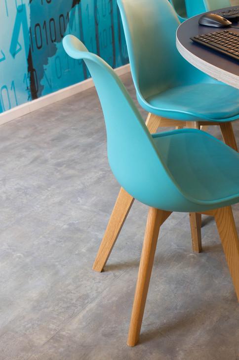 כסאות משולבים פלסטיק ועץ, במטרה לאפשר נוחות ושהיה ממושכת מול המסכים במקהיל לשמירה על ניקיון המתחם