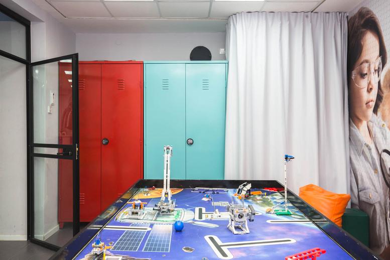 חדר הנבחרת. ארונות מפח צבוע לאחסון רובוטים , חלקי מחשב וציוד למורה. מאאחורי הוילון מוסתרת עגלה לנשיאת הרובוטים לתחרויות