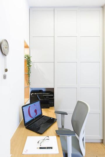 במקום מרפסת שירות מקורה, יצרנו אזור עבודה פתוח אל הסלון