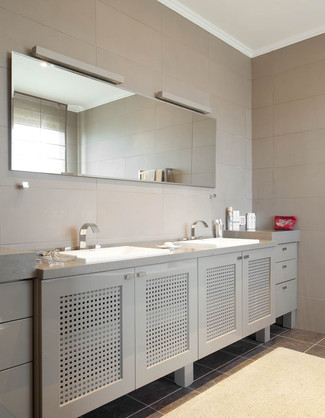חדר הרחצה בסוייטת ההורים, המשלב אריחים דמויי עור, במטרה לשמור על גוון צבעים אחיד, מונכרומטי וטבעי