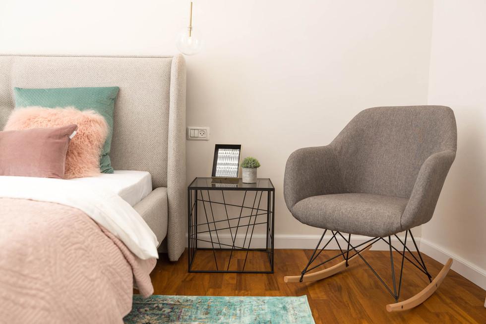 כורסא קלילה בחדר השינה, נוחה לשימוש בעת נעילת נעליים ותחנת מעבר לבגדים שפשטנו