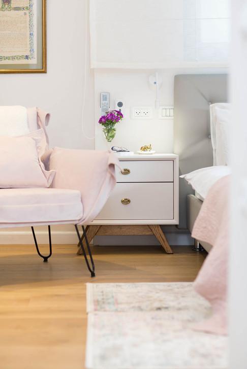 חדר שינה בצבעים בהירים ונגיעות ורוד פודרה