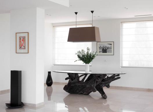 שולחן אוכל בעיצוב מינמליסטי עשוי עץ ברזילאי בהזמנה אישית. שימוש בחומרים טבעיים וחומרים נקיים כמו שיש מבריק וזכוכית