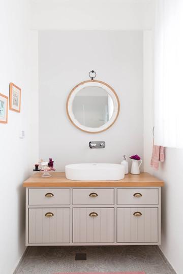 חדר הרחצה של ההורים. ארון אמבטיה, צבע בתנור בשילוב משטח פורניר אלון